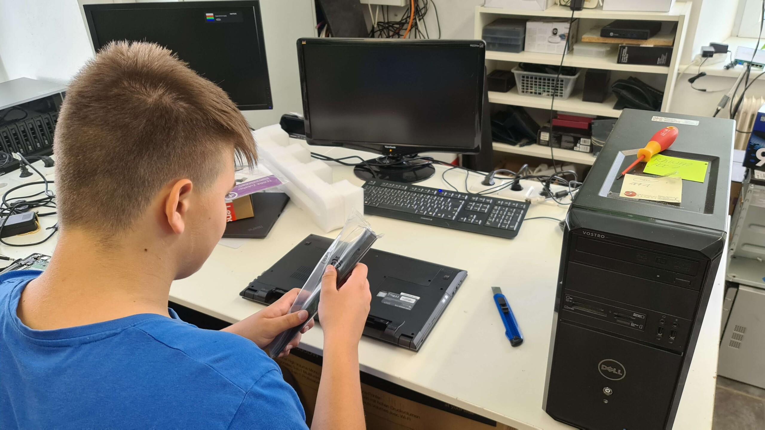 Der angehende IT Experte Viktor bei der Arbeit © creativomedia GmbH